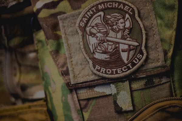 Uniforme militar com patch do Saint Michael - Como começar a praticar o airsoft